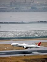 神戸空港が開港し、一番機が離陸していった。後方はポートアイランド=2006年2月16日