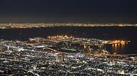 闇の中、光り輝く神戸港=2013年3月11日、神戸市灘区