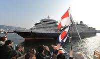 市民らが信号旗で迎える中、神戸港に入港するクイーン・エリザベス=2014年3月19日午前7時59分、神戸市中央区、諫山卓弥撮影