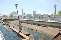 神戸港では被災した岸壁が「震災メモリアルパーク」として保存されている=2016年7月7日、神戸市中央区