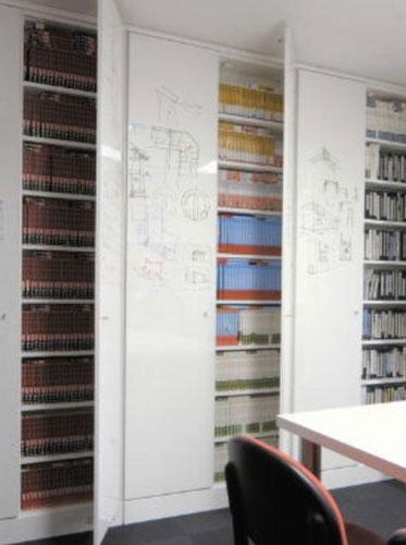 写真:床から天井までの大きな扉の書棚(筆者の事務所)
