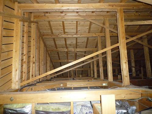 写真:土砂降り中に押し入れ天井から天井裏をのぞく。乾いている(博多I邸)