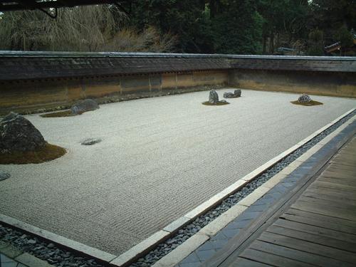 写真:塀が次第に低くなってさらに遠近感が増す(京都竜安寺石庭の塀)