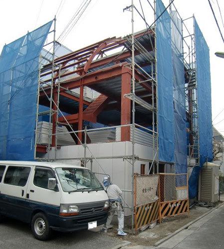 写真:重量鉄骨を使って思い切って建て替えを決意。娘さん夫婦と同居のOo邸(東京・世田谷)