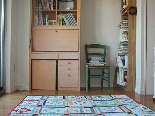 写真:早朝勤務時代の子ども部屋。ここで添い寝をしながら自分も一緒に就寝。絵本が本棚からはみ出し、椅子にもぞんざいに詰まれている……。