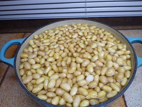 写真:家中の鍋やボウルに大豆を入れ、ひと晩水につける。