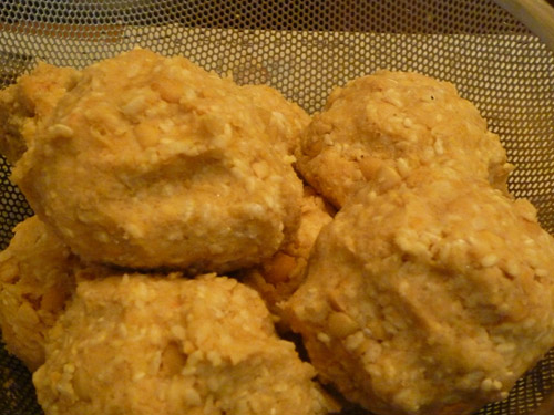 写真:麹と塩を混ぜ合わせたものに、すりつぶした大豆を混ぜ込み、団子を作る。
