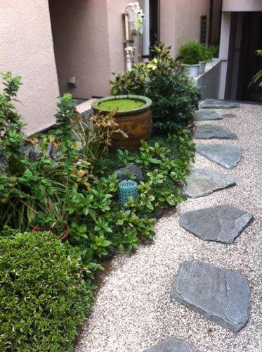 写真:平松邸の玄関までのアプローチ。照明がともった夜も素敵に違いない