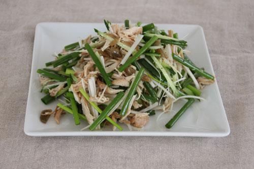 写真:ささみとねぎのやみつき酵素サラダは我が家でも定番に。『体の中からきれいにする酵素ごはん』(メディアファクトリー)には、ほかにもさまざまなレシピが。