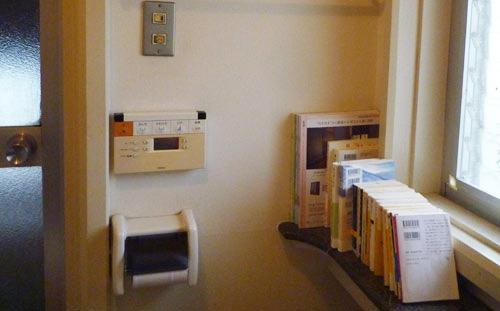 写真:風呂に隣接したトイレタンクの飾り棚。