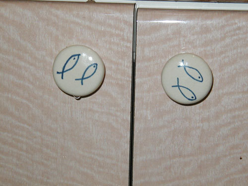 写真:我が家のコーポラティブハウスのつまみ。既製のシステムキッチンにくわえた小さなオリジナル。
