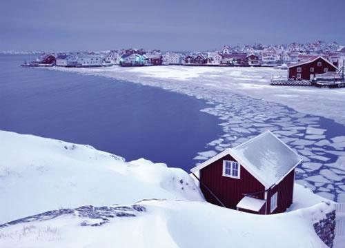 写真:長く寒いスウェーデンの冬。この時期、スウェーデン人は家で過ごす時間が圧倒的に長くなりますが、冬ならではのアウトドアスポーツでも、冬を楽しんでいます。