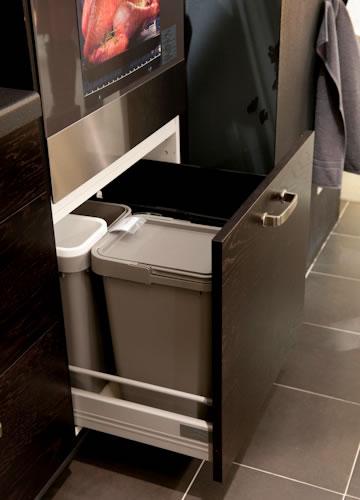 写真:引き出し式のインサートゴミ箱なら、調理中は引き出しを開けたままに、調理が終われば引き出しを閉めるだけですっきり収納できます。(RATIONELL分別ゴミ箱キャビネット用)