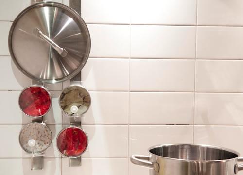 写真:壁に取り付けたマグネットラックに、スパイス入れをペタっとはりつけ収納。鍋ブタもペタッとできて便利です。(GRUNDTALマグネットナイフラック、小物入れ)
