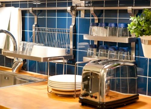 """写真:ごちゃごちゃしがちなキッチン。調味料やキッチンツールを""""出しっぱなし""""でもオシャレに使う""""見せる収納""""のヒントをご紹介します。"""
