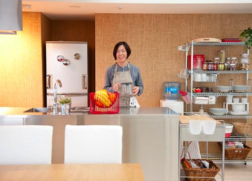 写真:食器、調理器具、食材などたくさんのものを収納しなければいけないキッチン。フードコーディネーターのみなくちなほこさんに、イケアの収納小物を使って、お料理&片付けが楽しくなるキッチン収納のコツを教えていただきました。