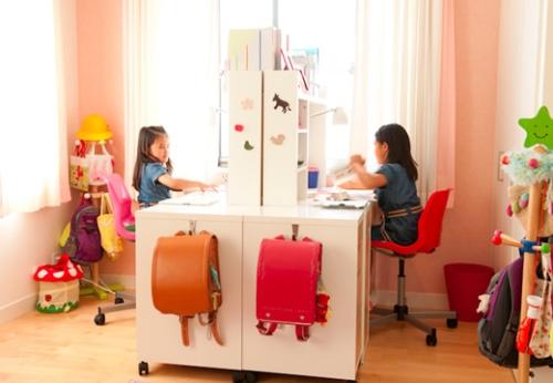 写真:完成した小鈴ちゃんと冴ちゃんの机スペース。窓からの光を遮らないようにデスクを向かい合わせに置いて、明るい部屋を実現した。