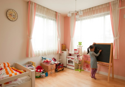 写真:長女の小鈴ちゃんと次女の冴ちゃんの机を運び込む、子ども部屋の一角。窓からの光を遮らずに机をふたつ置くにはどうすればいいかが悩みどころ。