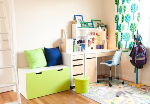 写真:その2階の共用スペースに、長男壮太君の机を置いた。はじめての勉強机がやってきた!