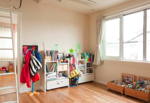 写真:2階の共用スペースの一角。本やおもちゃなどが雑然と置かれ、デッドスペース化していた。
