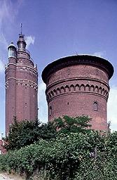写真:リフォーム前の2本の給水塔