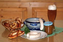 写真・バイエルン名物の白ビールと白ソーセージ:バイエルン名物の白ビールと白ソーセージ