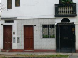 写真:三者三様の扉が並ぶ1階部分