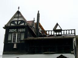 写真:真っ黒な3階のお宅。屋根にある手すりと三角形のオブジェも気になる