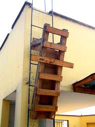 写真:給水塔を利用した懸垂運動用ハシゴ。ロッククライミングが趣味というご主人のアイデアだ
