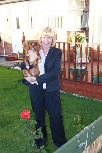 写真:もう一方の隣家の住人ダイアンさんと愛犬ルビー