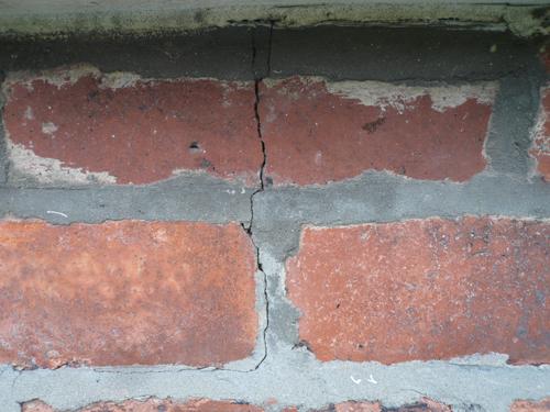 写真:家の外壁にできている亀裂