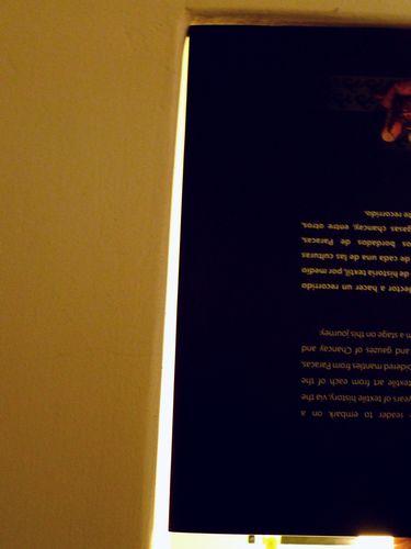 写真:角に本を当ててみると、壁が垂直でないことがよくわかる