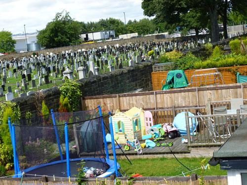 写真:遊具でごった返している街の住宅地の庭
