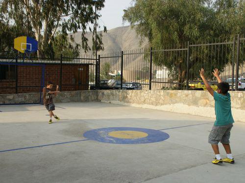 写真:学校から戻ったら、友達を誘ってさっそくボール遊び!