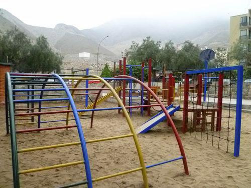 写真:朝は静かなコンドミニオ内の公園。午後は子どもたちでいっぱいだ