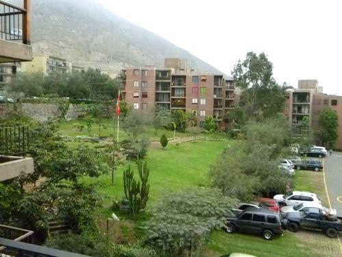 写真:友人宅からの眺め。芝が美しい公園の向こう側にも別の棟が並んでいる