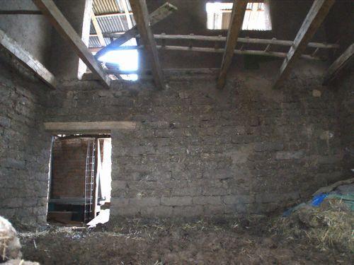 写真:建設途中のアドベ住宅。2階床の横木(根太)はあるが柱はなく、ただアドベを積み重ねているだけ
