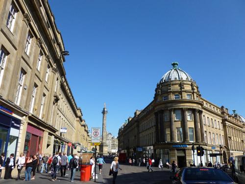 写真:産業革命以来の隆盛をしのばせる石造りの街なみ。中央は、紅茶の名前でも知られる地元出身の英国首相アールグレイのモニュメント