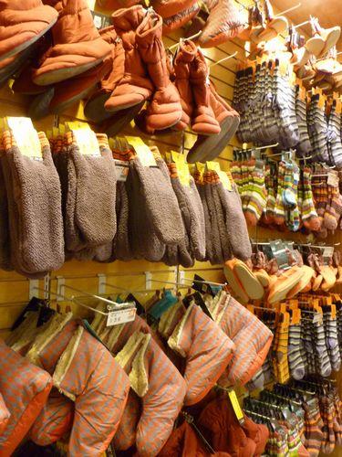 写真:冷え対策は足元から。土足文化のペルーだが、室内用のスリッパや分厚い靴下など「履いて」暖を取るグッズもいろいろ