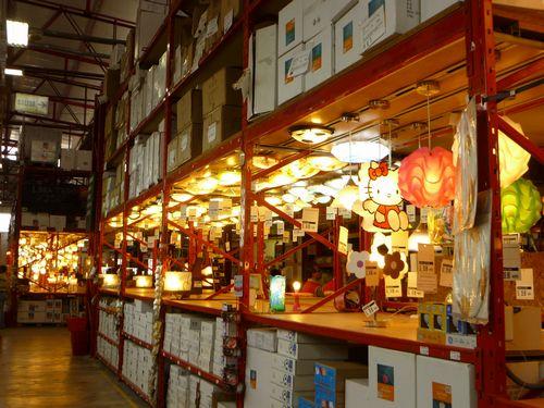 写真:リマ市内の某ホームセンターにて。日本と比べると小型の照明器具が多い
