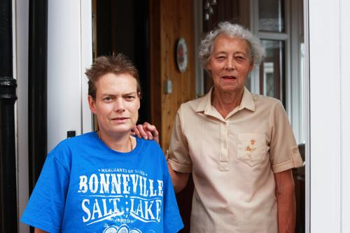 写真:筋向かいの家に住むアンと娘のシャロン