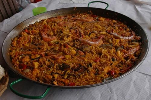 写真:パエリア出来上がり! おいしい食事がスペインでは大きな楽しみ