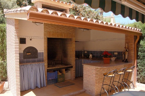 写真:家の庭やパティオにパエリアを調理できる場所が確保されている