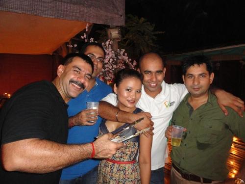 写真:パーティーに招かれたソニアの愉快な友人たち