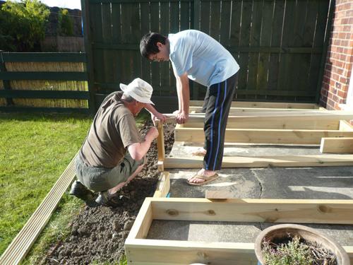 写真:庭のウッドデッキの土台づくり。DIYショップにはウッドデッキ用の材料が豊富に取りそろえられている