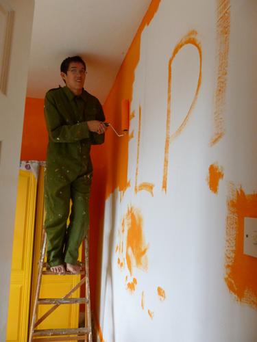 写真:ペンキで「HELP!」と落書きした文字を塗りつぶしていく息子。ペンキの色は息子が選んだ