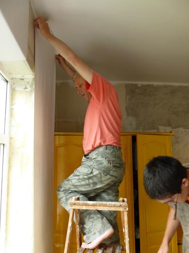写真:息子の部屋の内装。DIYの作業の過程やコツを伝授しながら、天井とワードローブにペンキを塗り、壁には無地の壁紙を張る