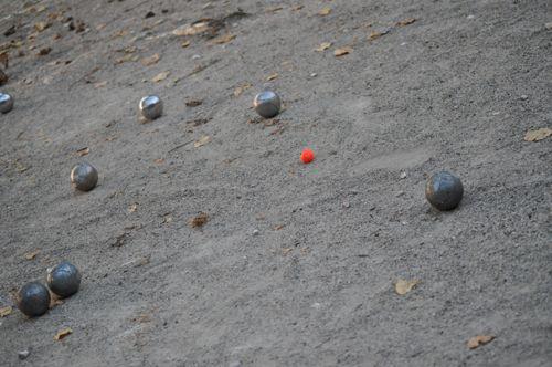 写真:赤いのが目的球・ビュット。これに一番近づいたものが勝ち