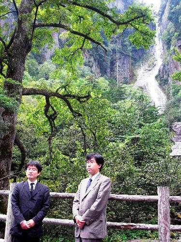 写真:銀河の滝を背に並んだ山下敬吾名人(左)と羽根直樹挑戦者=北海道上川町、小川雪撮影