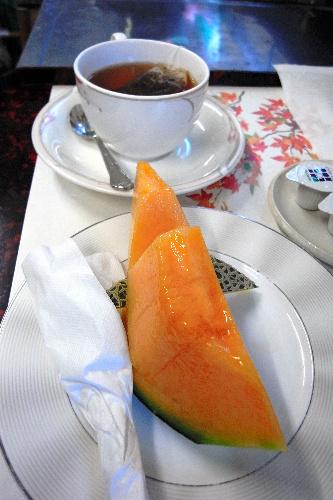 写真:羽根直樹挑戦者のおやつのメロンと紅茶
